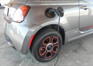 2013-Fiat-500e-charging