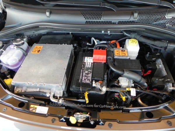 2013-Fiat-500e-enginecompartment-1