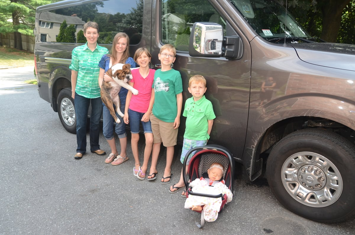 big families find nissan nv3500 passenger van to be the right fit video carnewscafe. Black Bedroom Furniture Sets. Home Design Ideas