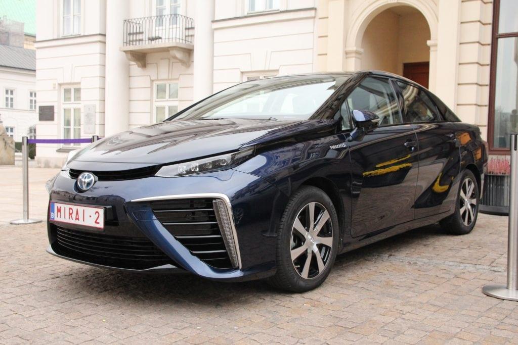 Toyota_Mirai_in_Warsaw,_Poland_Nov_2015_IMG_0130