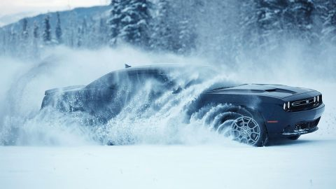 Dodge Challenger GT Goes Into the Snow in Russia